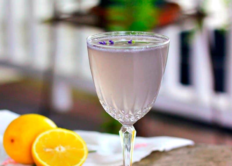 Приготовление коктейля с лимоном и лавандой фото