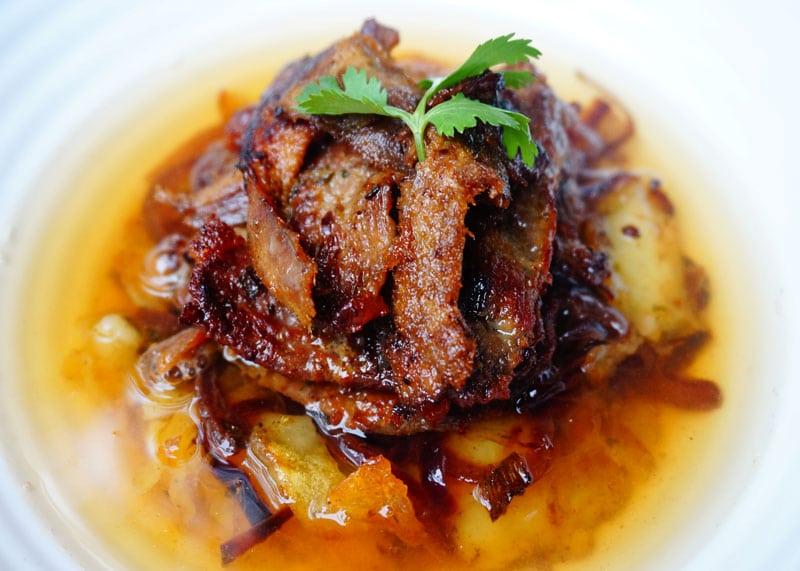приготовление жареной картошки с мясом или жареного супа фото
