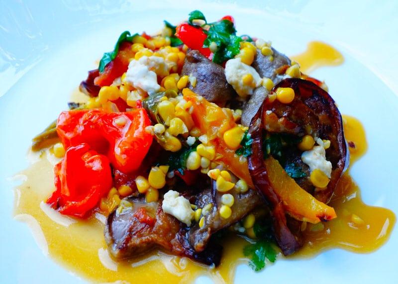 Как приготовить овощное рагу с кукурузой, баклажанами, перцем и сыром фото