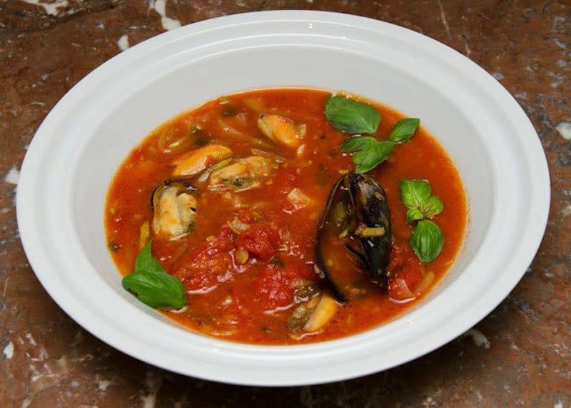 Приготовление рыбного супа с мидиями фото