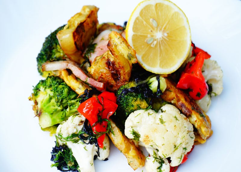 Как приготовить теплый салат из брокколи, цветной капусты, бекона и зеленых помидор в кляре фото