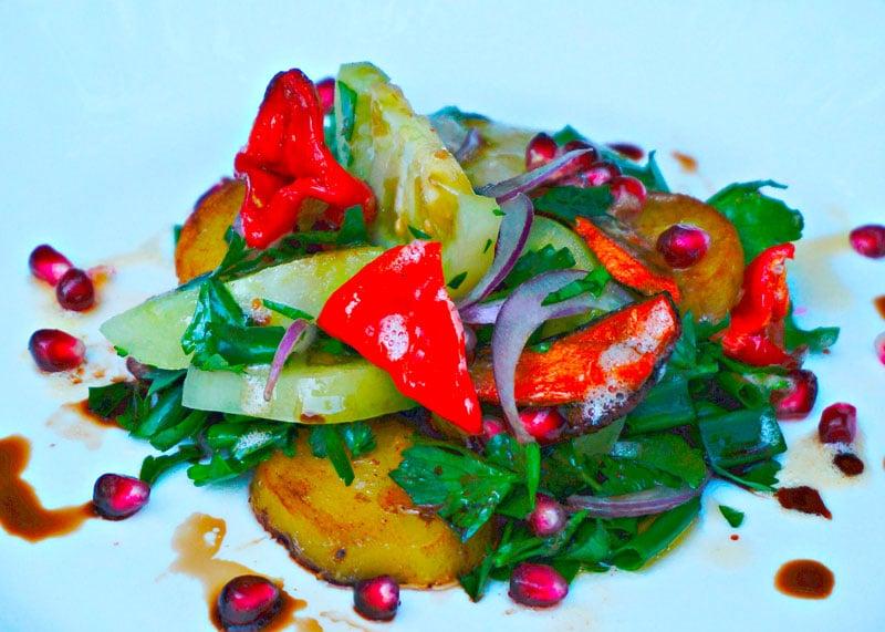 Рецепт приготовления теплого салата с жаренными овощами и зелеными помидорами фото
