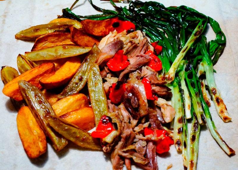Рецепт приготовления жаркого из курицы, горького перца и зеленого лука фото