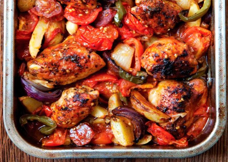 Курица, запеченная с чоризо и овощами фото