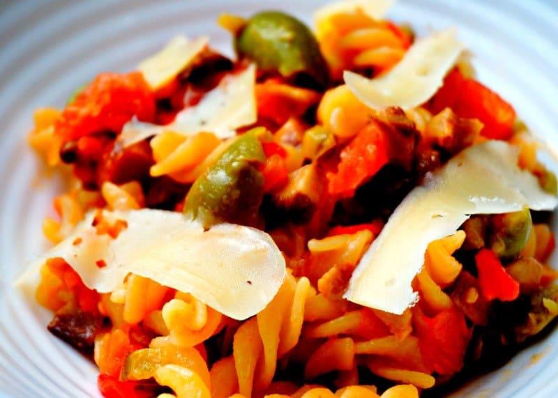 Рецепт приготовления пасты ротини под соусом из овощей, оливок и лимонного сока фото