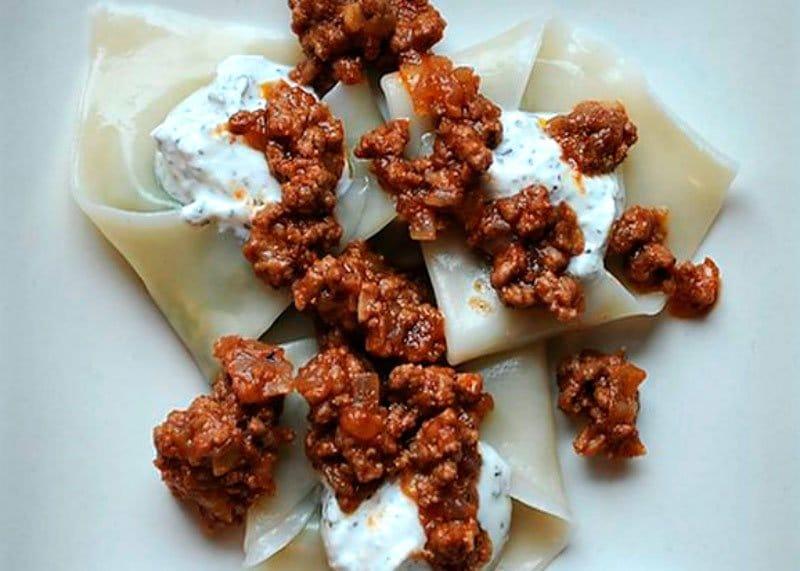 Рецепт приготовления пельменей с острой начинкой из зеленого лука, кюфтой из баранины и йогуртом по-афгански или аушак фото
