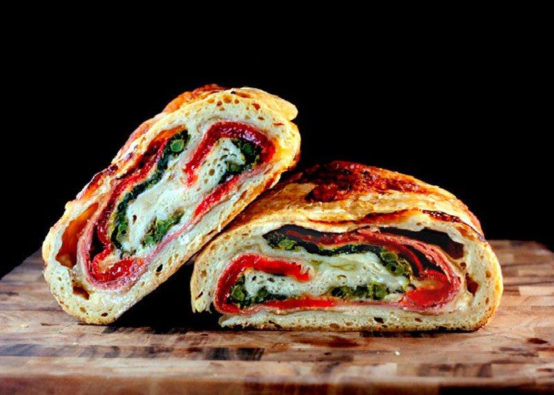 Рецепт приготовления пиццы со шпинатом, прошутто, сладким перцем и моцареллой или пицца стромболи фото