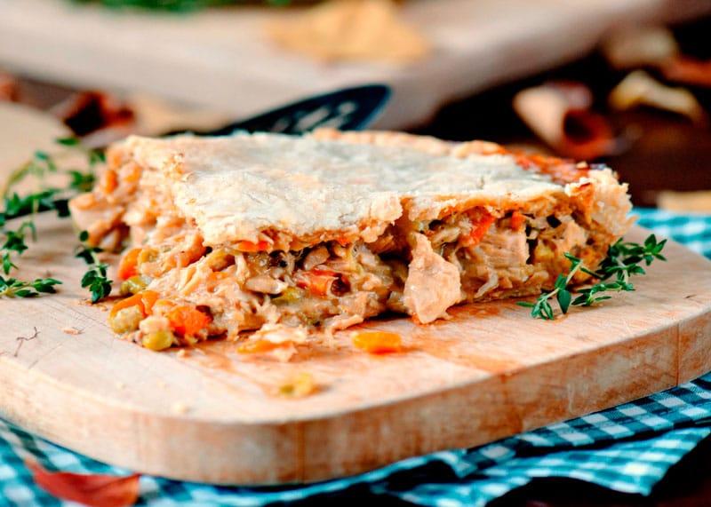 Рецепт приготовления пирога с индейкой, грудинкой и овощами фото