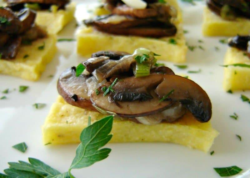 Приготовление паленты со шпинатом и грибной подливой фото