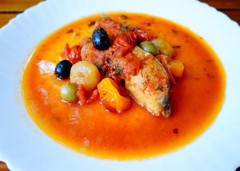 Как приготовить рыбу, запеченную в соусе из помидор, оливок и пармезана под белым вином фото