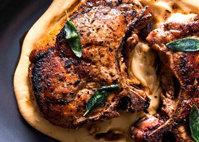 Как приготовить свинину, запеченную в вине на нежном пюре из картофеля и пармезана фото