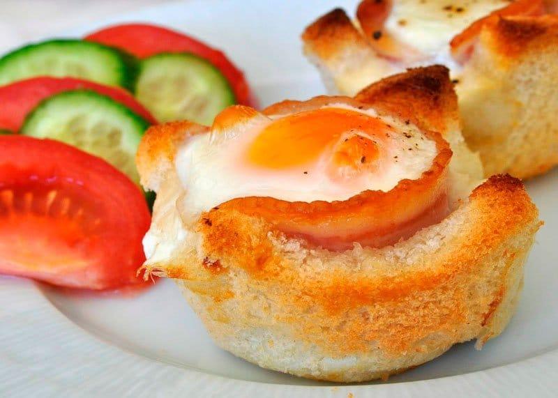 Яичница в хлебе с грудинкой рецепт фото