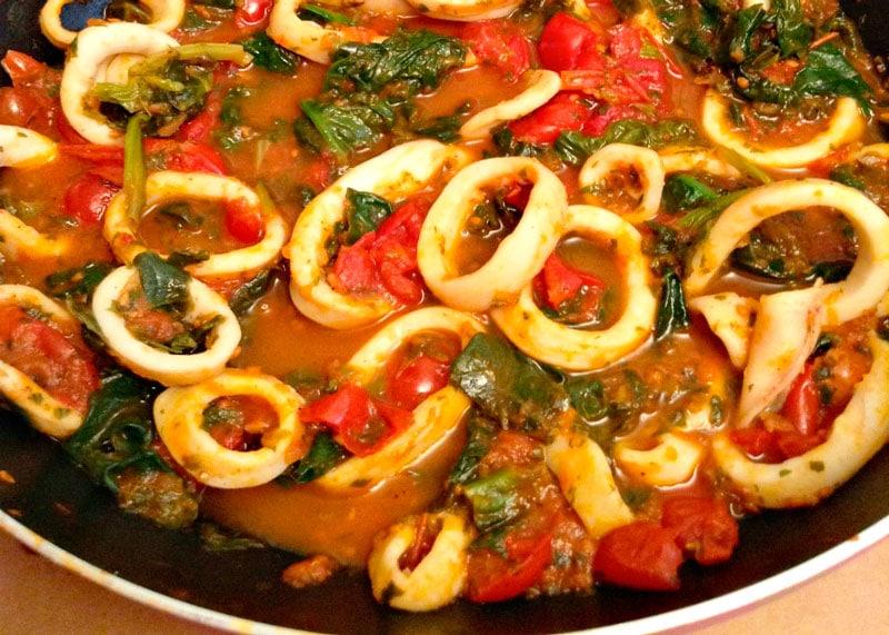 Как приготовить кальмара, тушеного со шпинатом и анчоусами фото