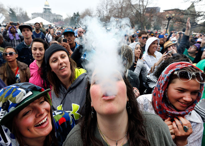 Демонстрация американцев за права курить марихуану фото