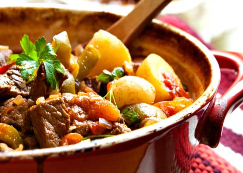 Рецепт приготовления рагу из курицы, говяжьих хвостов и грудинки с овощами фото