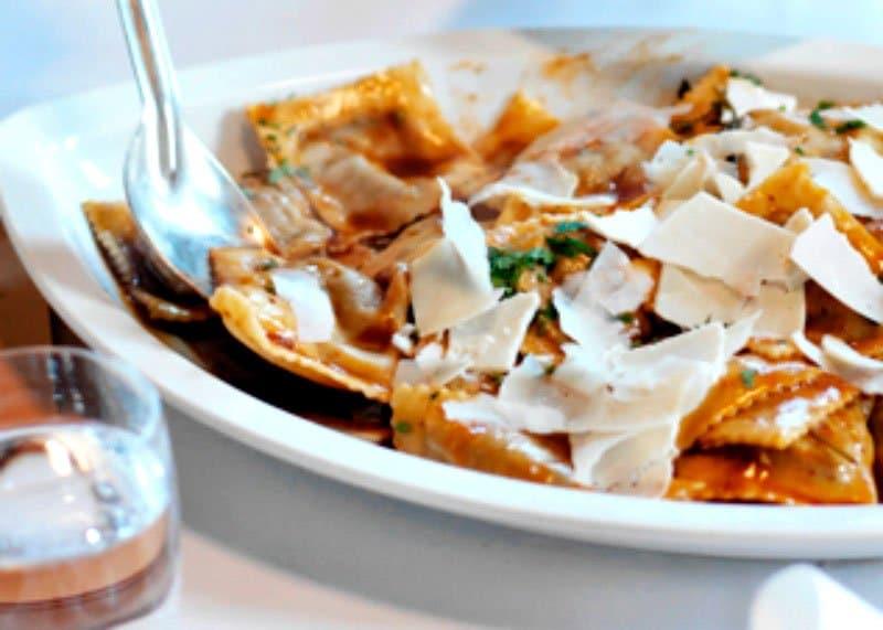 Рецепт приготовления равиоли с рагу из свиных щек и перца или тегамата фото
