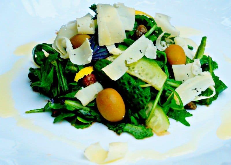 Приготовление салата из руколы, корнишонов, оливок и пармезана фото