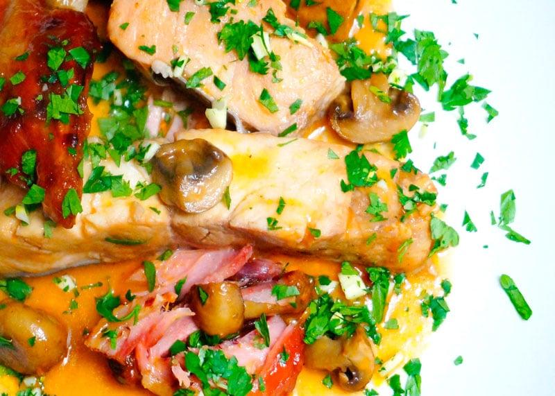 Рецепт сома, тушенного в бургундском соусе фото