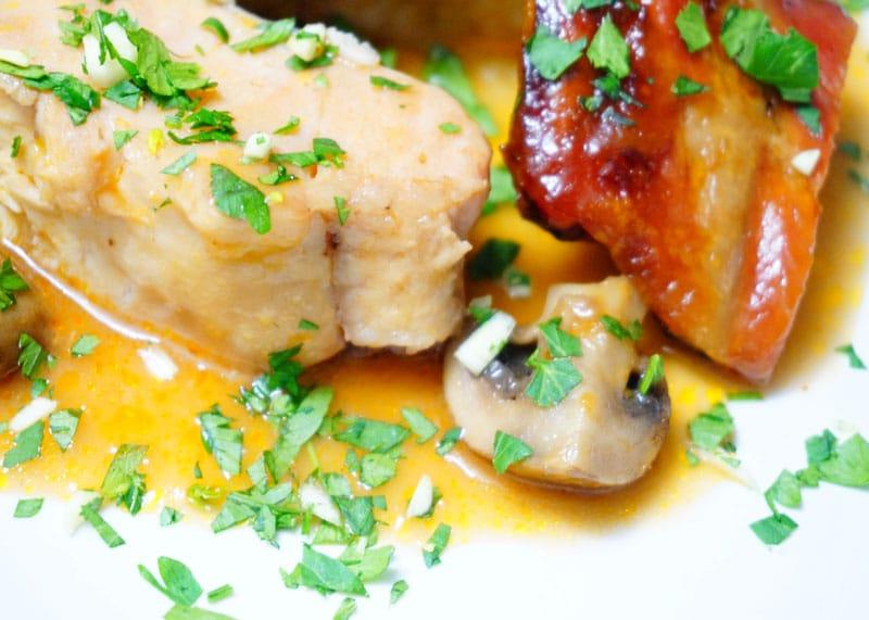 Тушеный сом в бургундском соусе фото