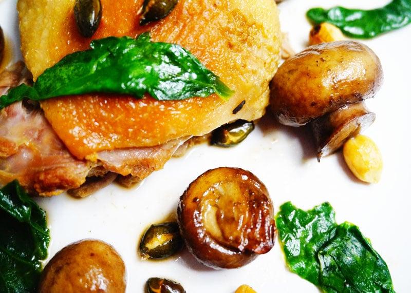 Утка тушеная в вине с грибами рецепт фото