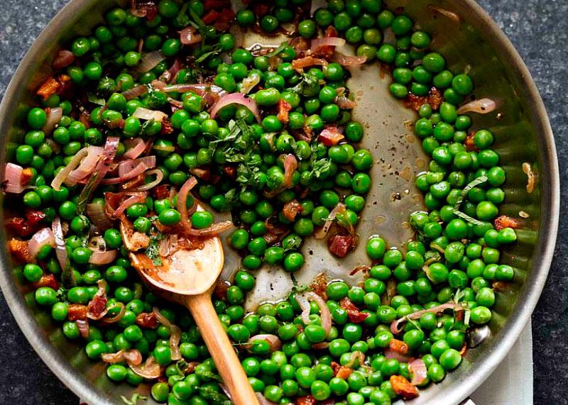 Рецепт зеленого горошка с луком, чесноком и прошутто фото