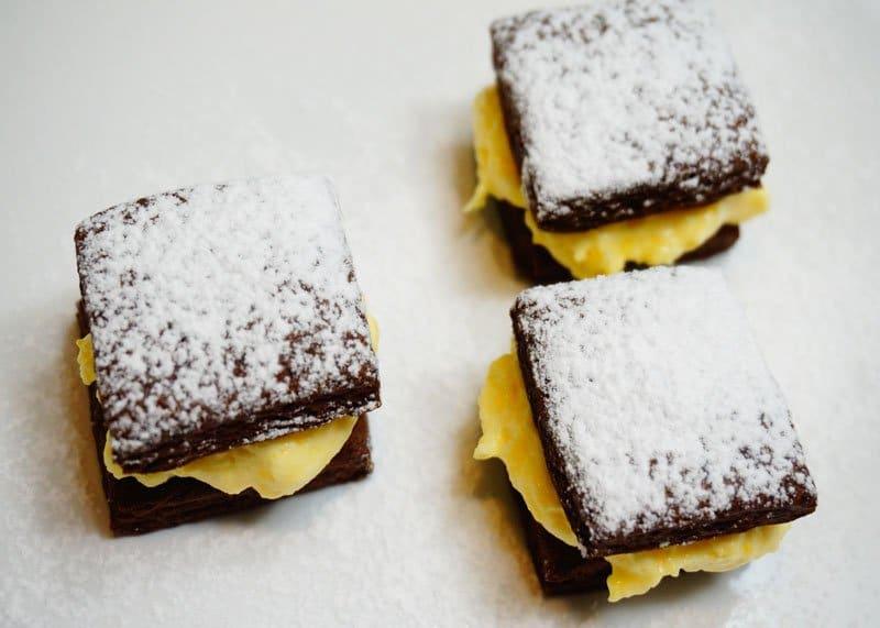 Приготовление шоколадных коржиков с кремом фото
