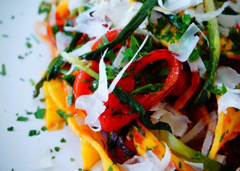 Приготовление яичной лапши в томатном соусе фото