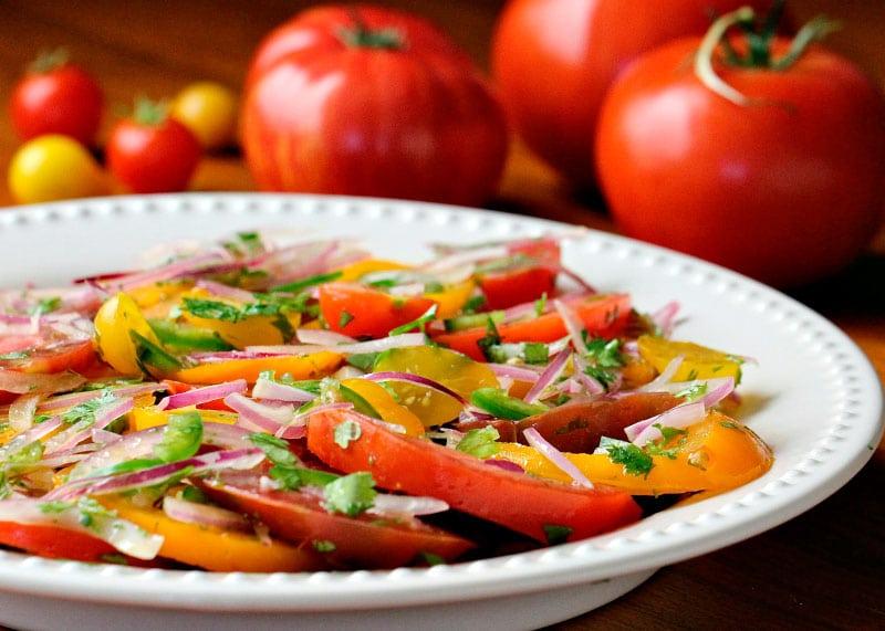 Рецепт салата из помидоров, лука и кинзы фото