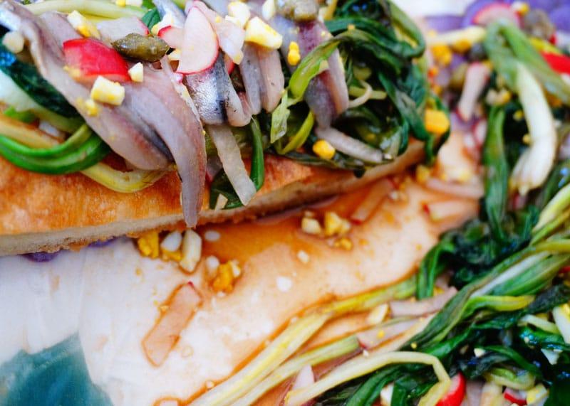 Приготовление салата из маринованного зеленого лука фото