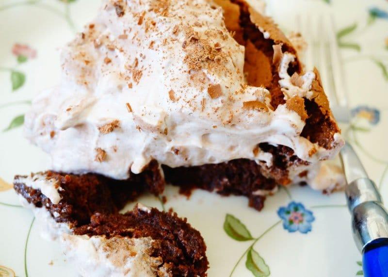 Приготовление шоколадного десерта с кремом фото