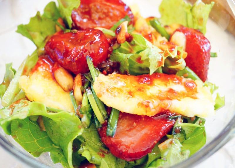 Салат с жареной клубникой приготовление фото