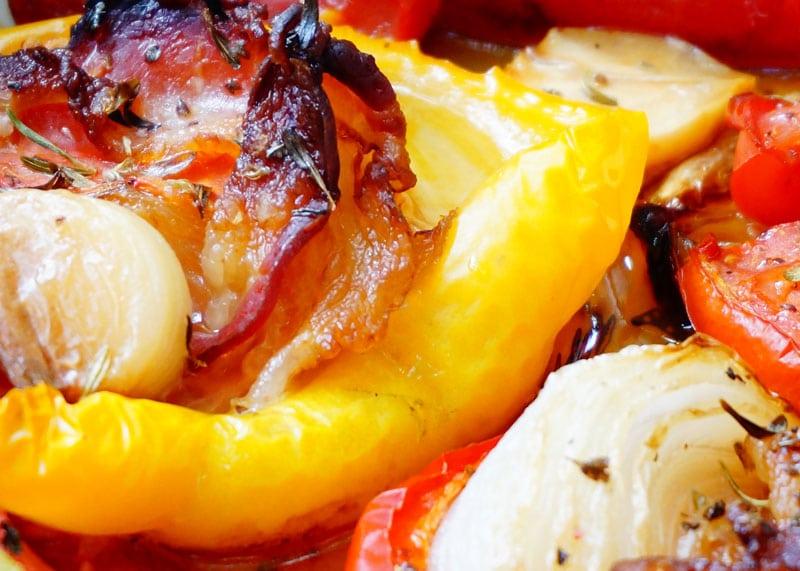 Перцы с беконом и помидорами фото