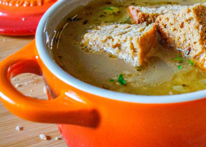 Луковый суп с имбирными крутонами фото