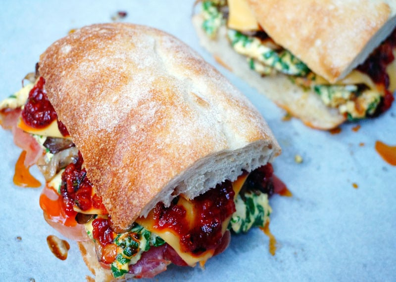 Сэндвич с омлетом и прошутто фото