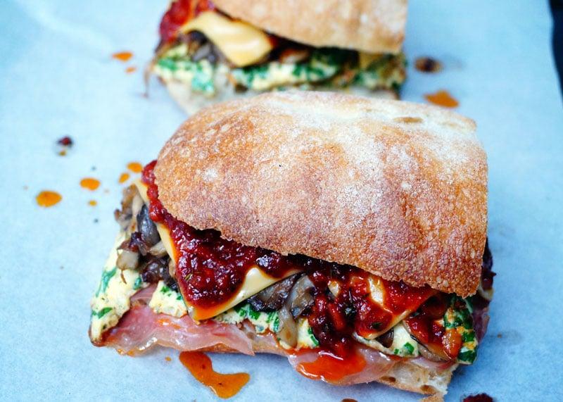 Приготовление сэндвича с омлетом фото