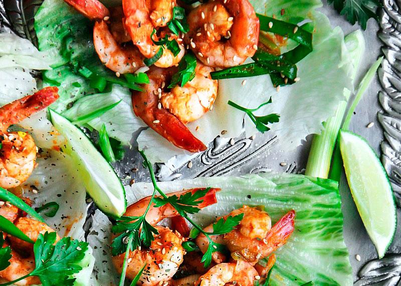 Креветки в салатных листьях фото