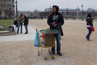 Продавец каштанов фото