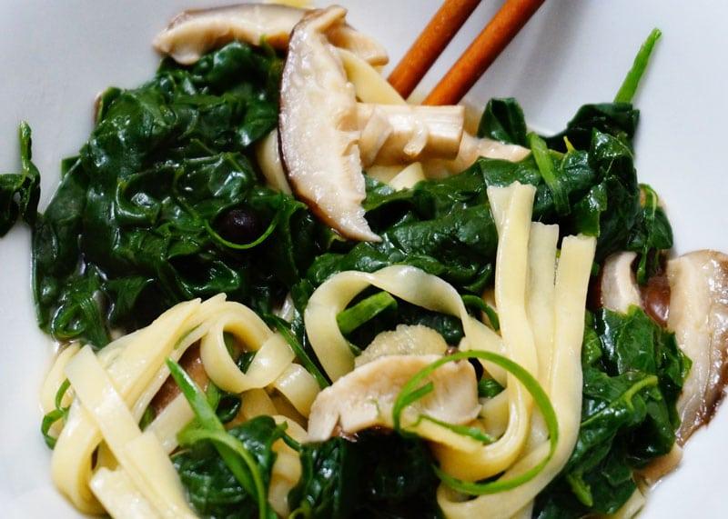Рецепт супа со шпинатом и шиитаке фото