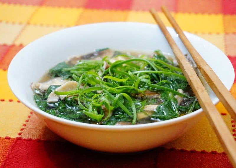 Приготовление супа со шпинатом и шиитаке фото