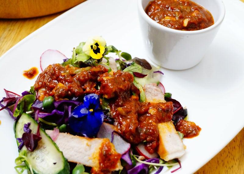 Салат со свиным стейком и острым соусом фото