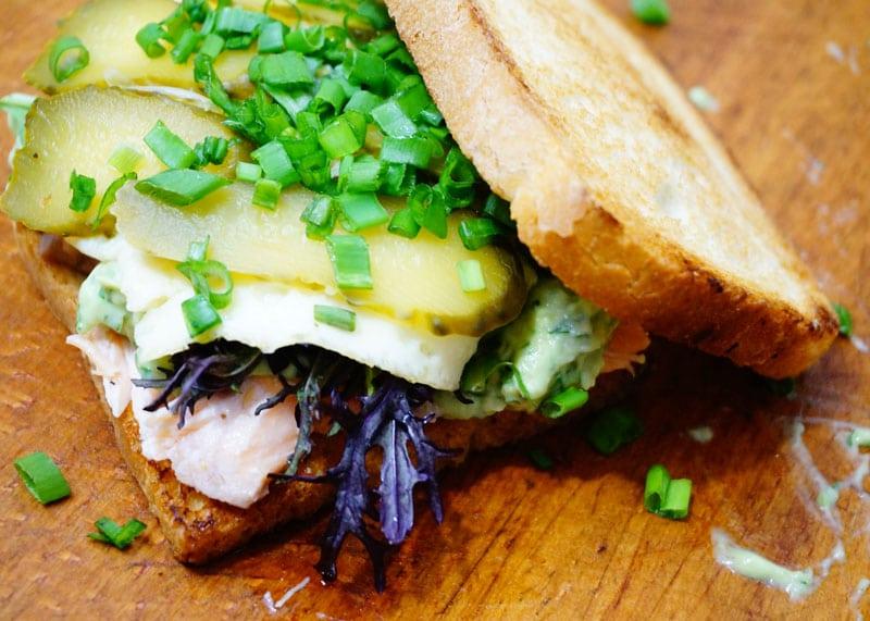 Рецепт сэндвича с лососем и авокадо фото