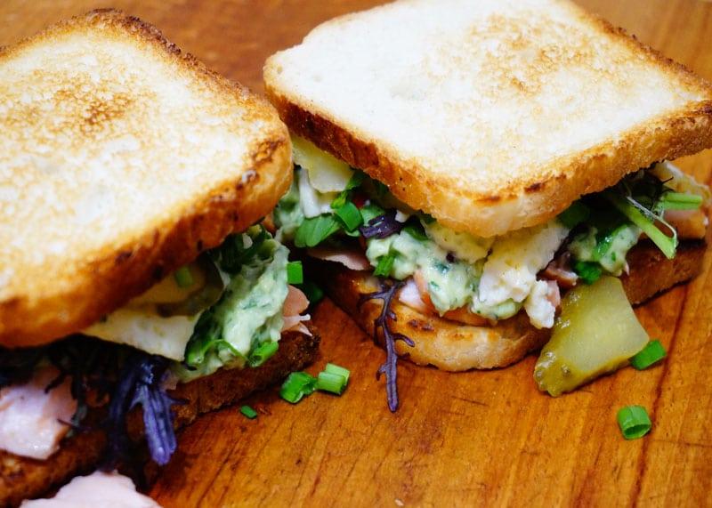 Сэндвич с жареным лососем фото