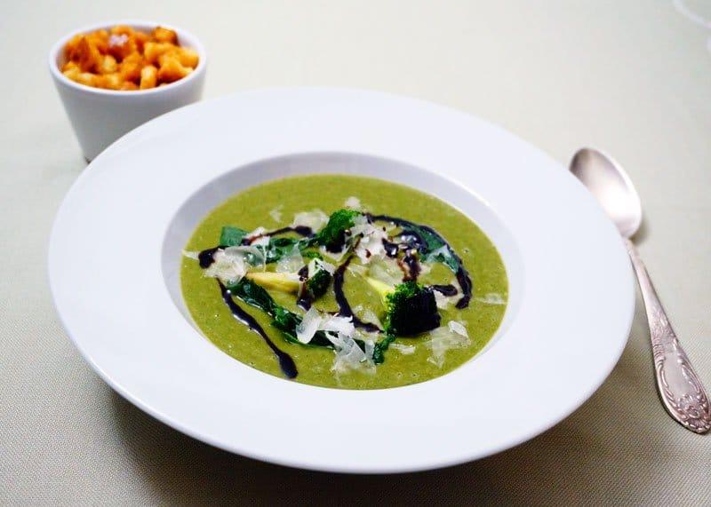 Суп из шпината и жареной брокколи фото