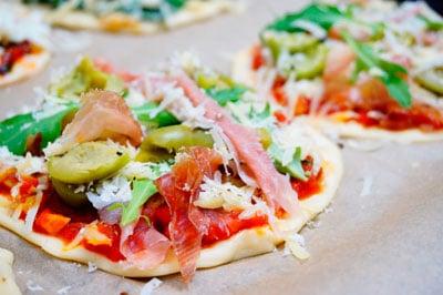 Пиццетта с прошутто фото