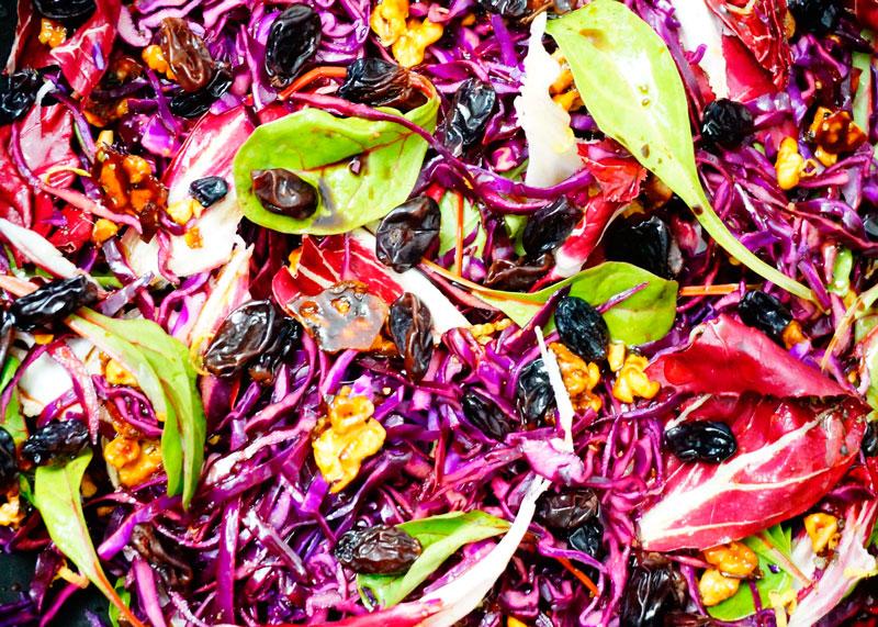 Приготовление салата из красной капусты и радичио фото