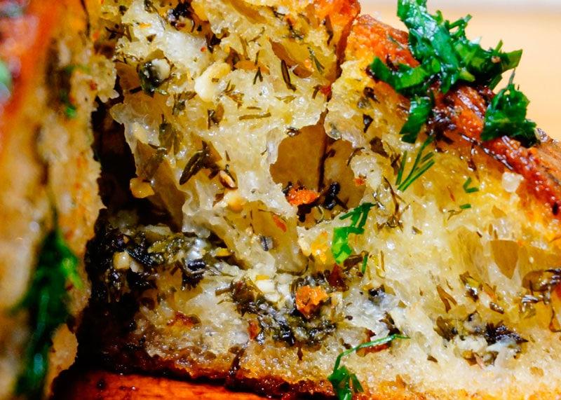 Запеченный хлеб с чесноком и зеленью фото