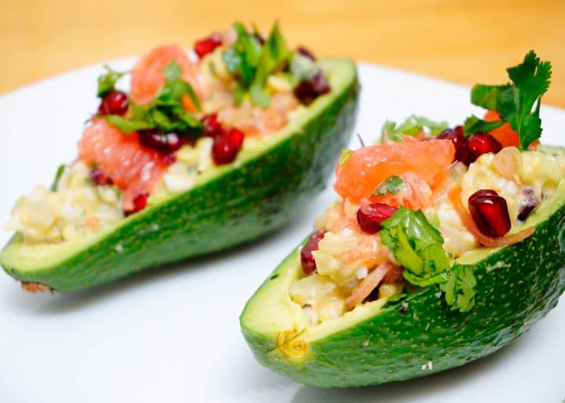 Авокадо с грейпфрутом и сальсой из лука фото