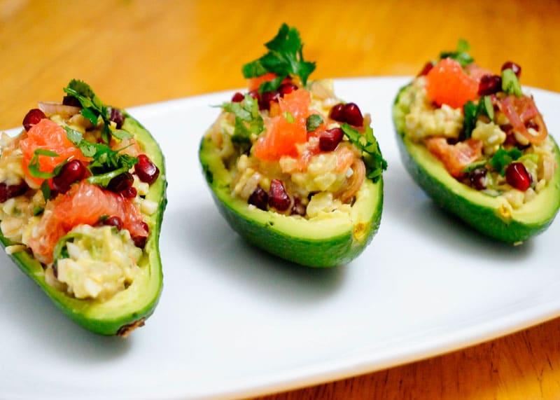 Авокадо с сальсой из маринованного лука шалот фото