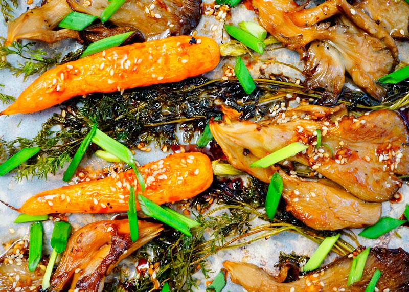 Морковь и грибы под кунжутным соусом фото
