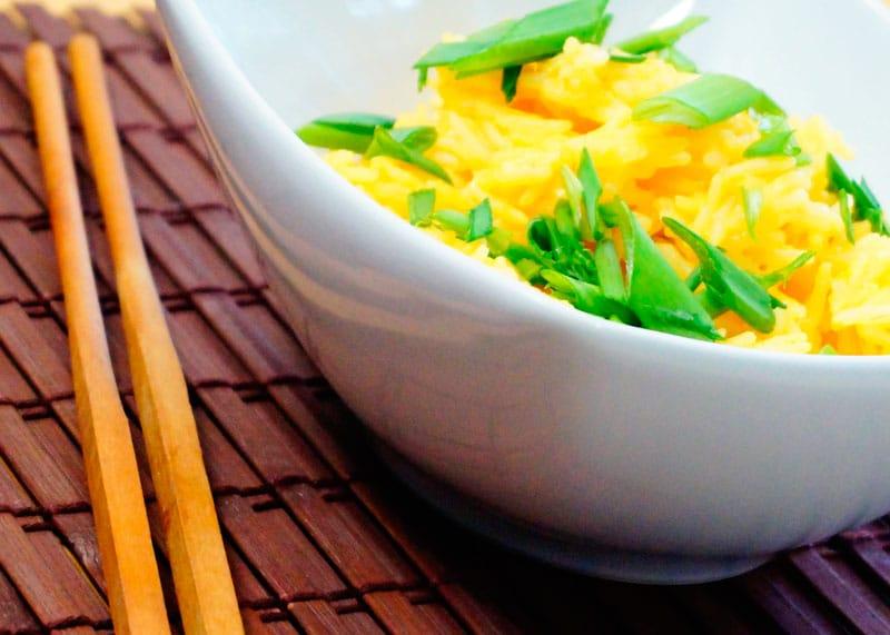 Рис с кокосовым молоком и желтой пастой карри фото
